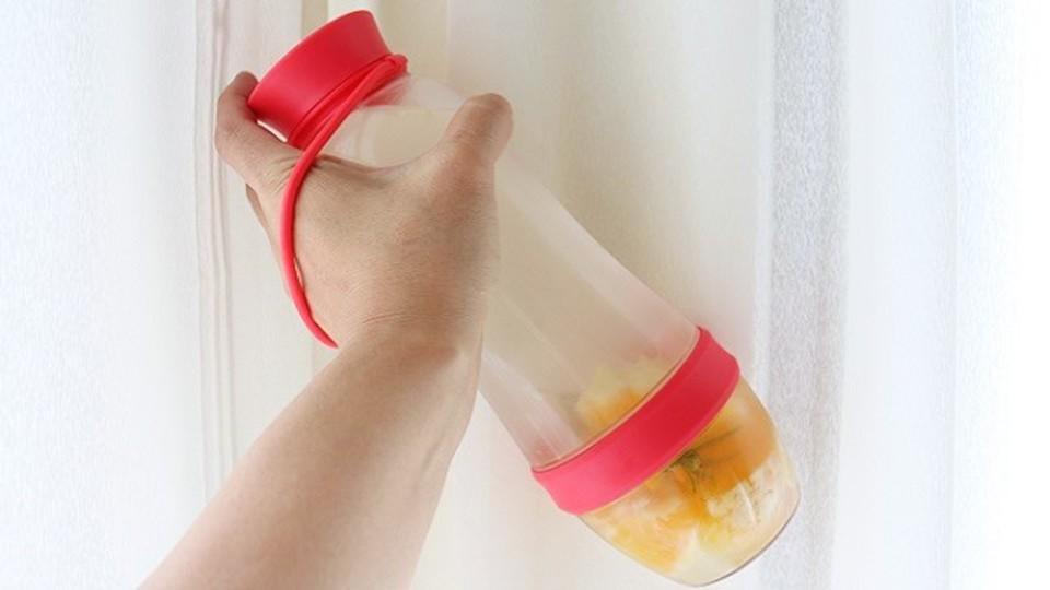 余った果物でフレーバーウォーターが手軽に作れるボトル【今日のライフハックツール】