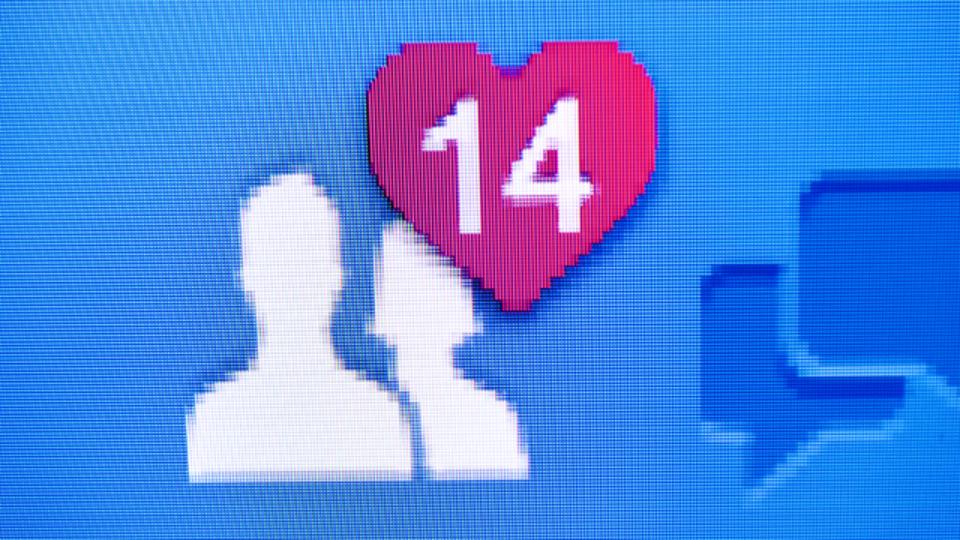 SNSに恋人とのラブラブな写真をアップしまくる人、その心理は?