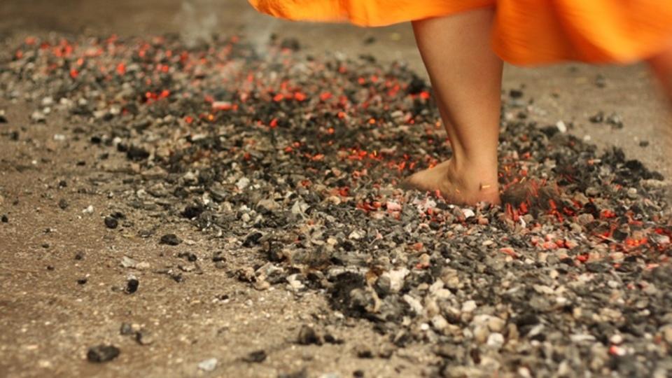 焼けた石炭の上を裸足で歩いてみたら、会社をやめて起業する決心がついた話