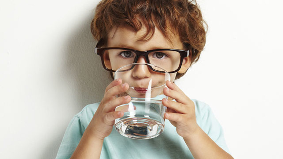 しゃっくりの治療法「コップの反対側から水を飲む」はなぜ効果があるのか?