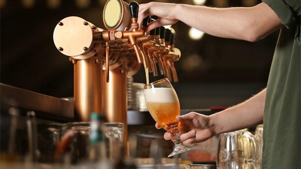 ビールを注ぐときグラスを傾ける科学的な理由