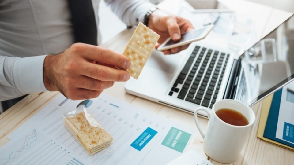 仕事中にお腹が鳴る人へ。その原因は空腹ではないかもしれません