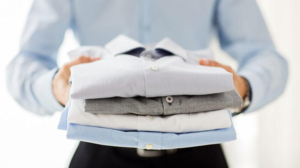 雑誌を使ってワイシャツを完璧に畳むテクニック