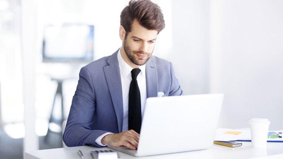 残業するより早く出社した方が評価される:研究結果