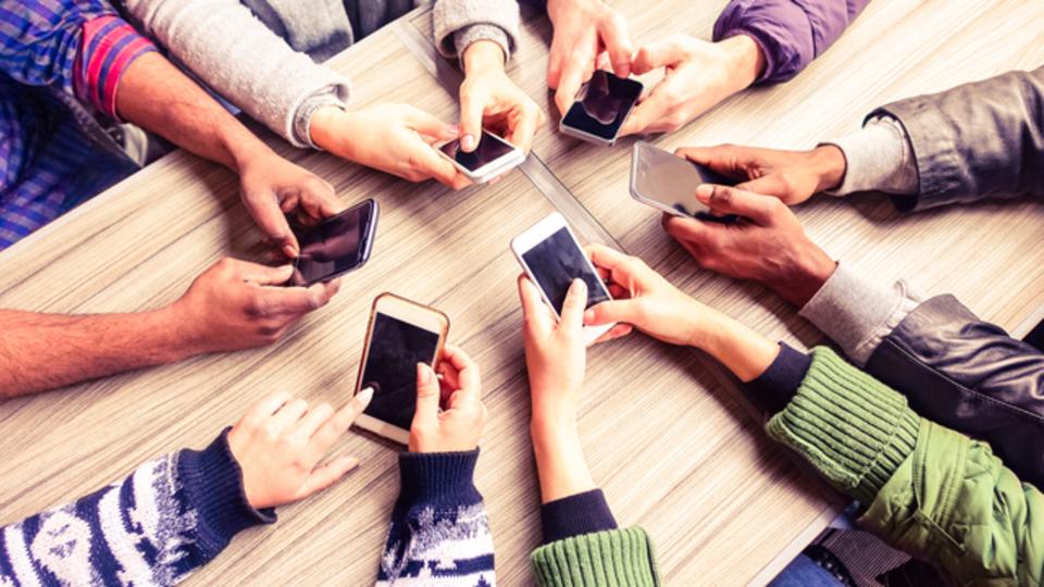 7割以上の人がスマホのデータ通信量を気にしていることが明らかに