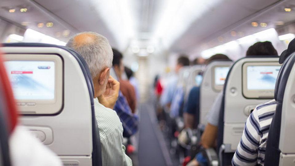飛行中、揺れをあまり感じないのはどの席?