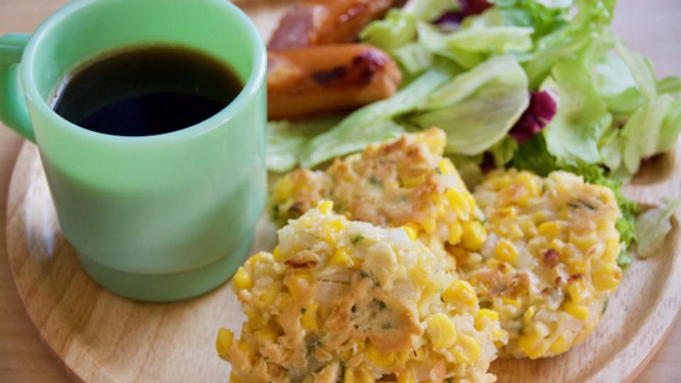 朝活に最適。混ぜて焼くだけの「簡単コーンフリッター」のレシピ
