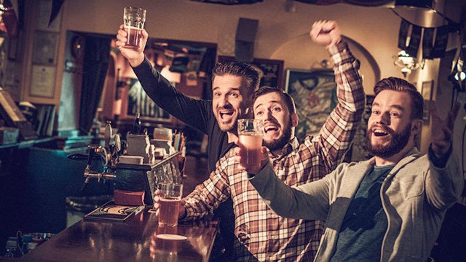 酔っ払いに囲まれると「自分の酔い具合」がわからなくなる:研究結果