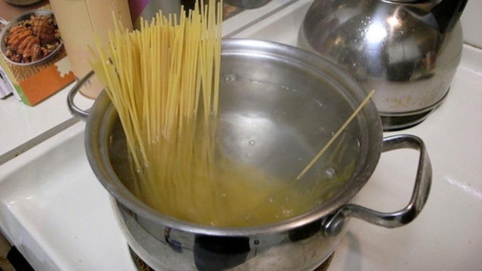 パスタを茹でる時に必要な水はどれくらいかを検証