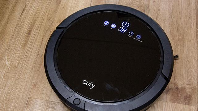 ロボット掃除機って実際便利なの? 2万9800円の「RoboVac 20」で初体験してみた