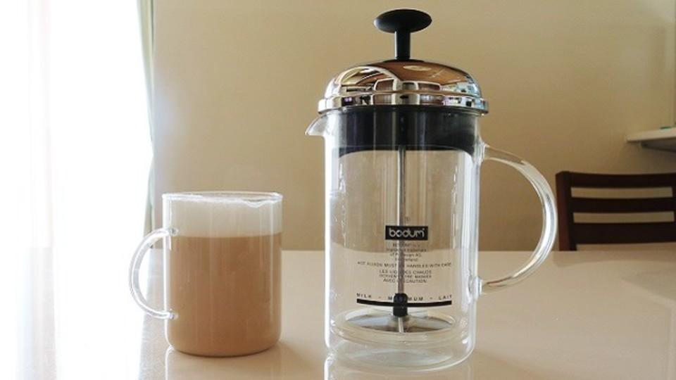 カフェオレ用ミルクは専用フローサーでフワフワに【今日のライフハックツール】