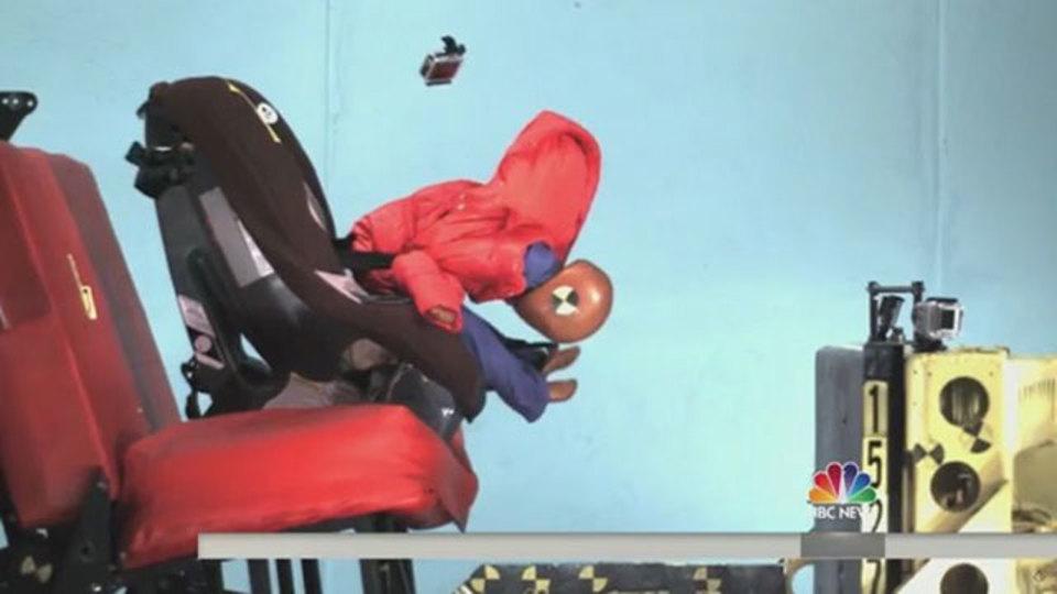 注意:冬物のコートはシートベルトの効果を半減させる