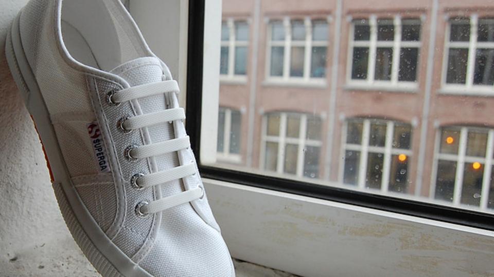 靴の見た目と脱ぎ履きをスマートにするシリコンゴムの靴ひも【今日のライフハックツール】