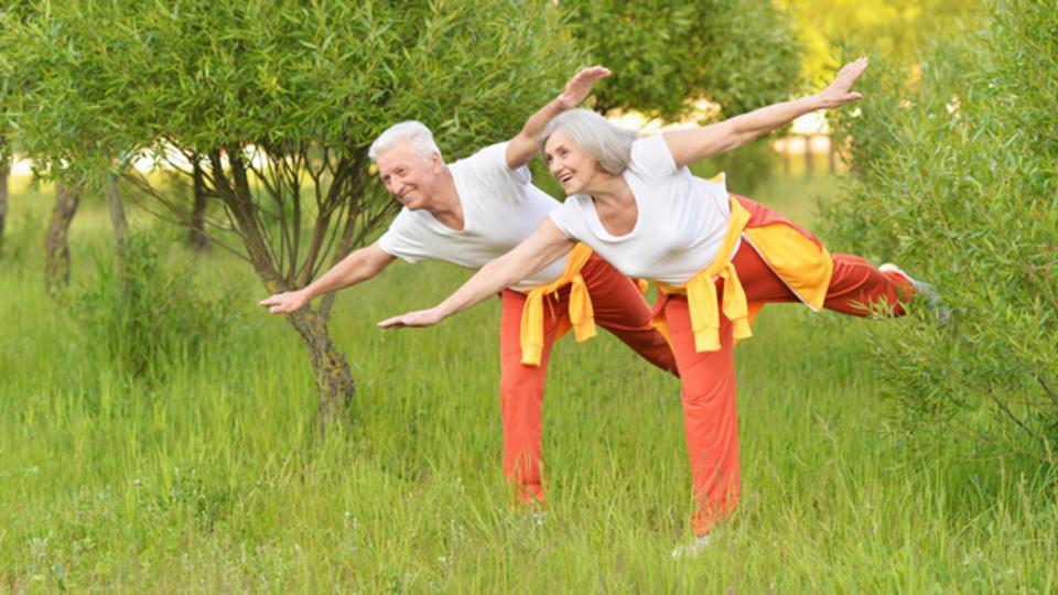 高齢化社会の健康寿命は「幸福感の強さ」に比例する:研究結果