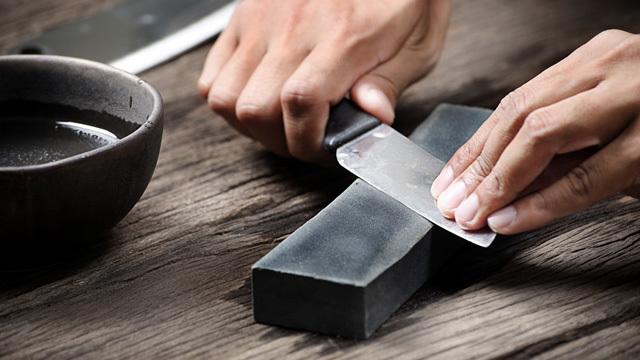 「包丁を研ぐ」とは「刃の形を整える」こと【包丁の研ぎ方のコツ】