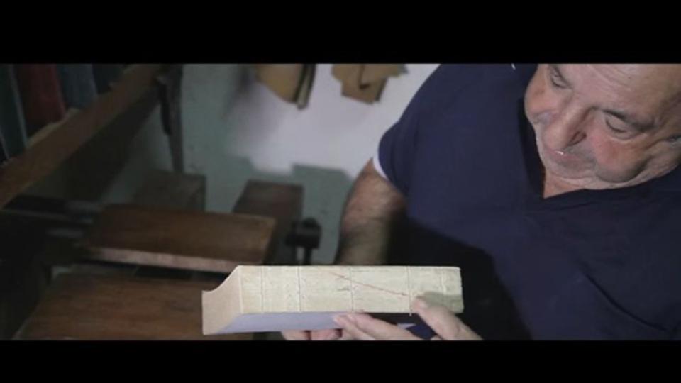 古くなった本をキレイに復元していく様子を収めた動画
