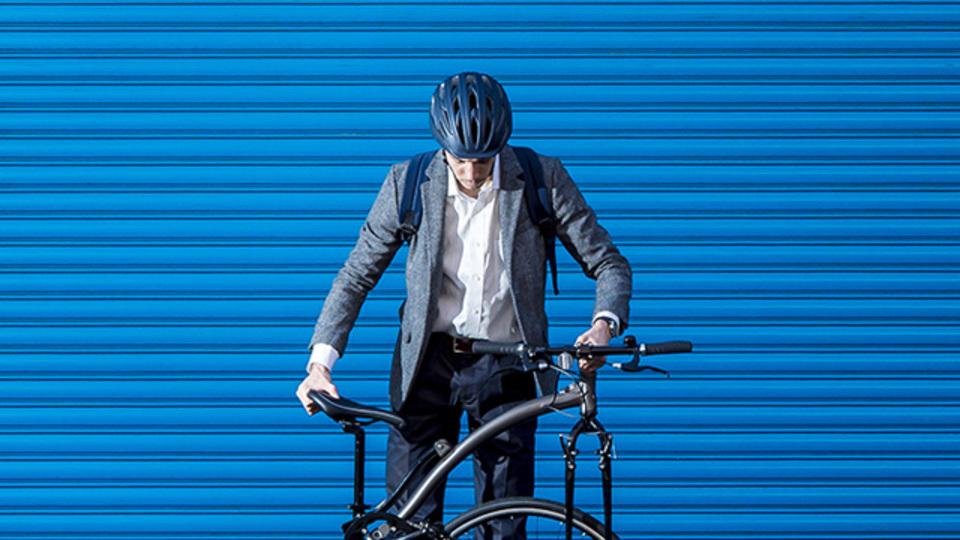 スーツ姿でこそサマになる、通勤に最適な「モバイル・クロスバイク」