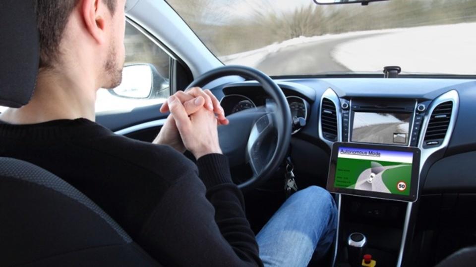 自動運転中に突然ハンドルを握らされた人間の反応は?:研究結果