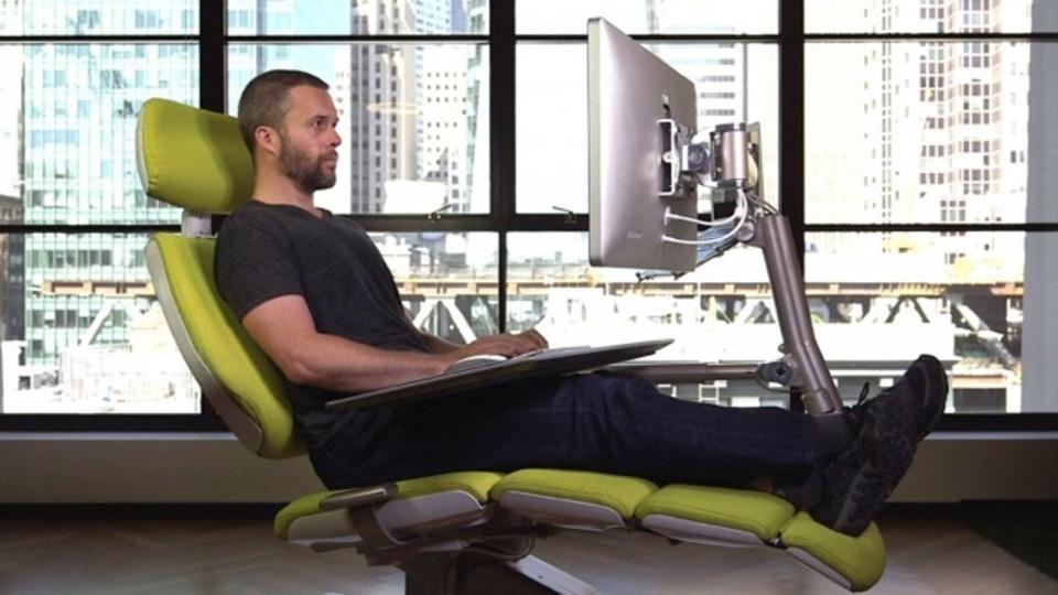 CES 2017に登場した究極の「寝ながら仕事デスク」