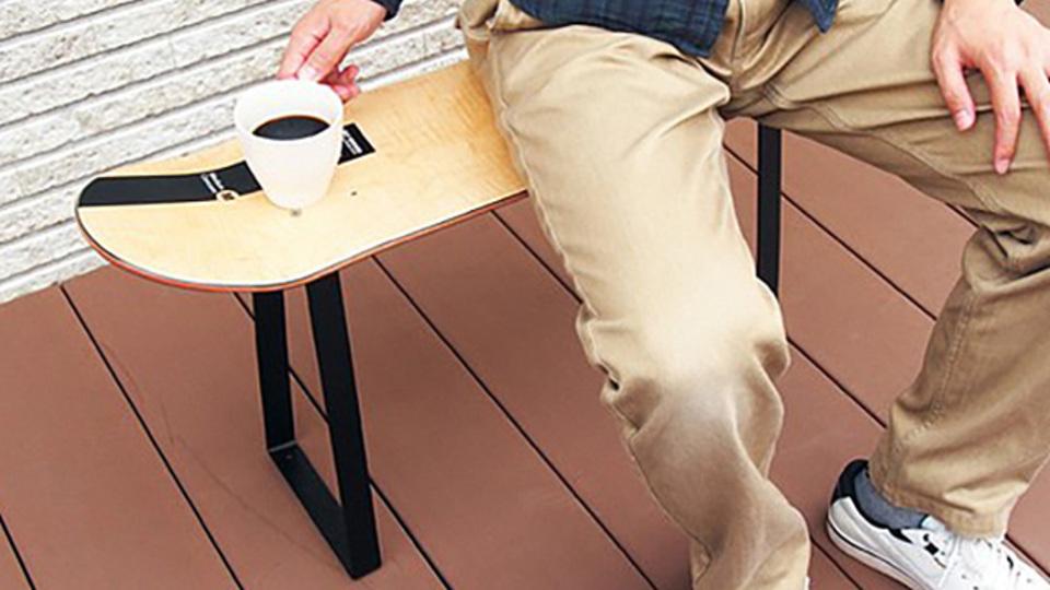 スケボーデッキや木材を挟むだけ。5分でアイアン家具を簡単DIYできる「noashi」
