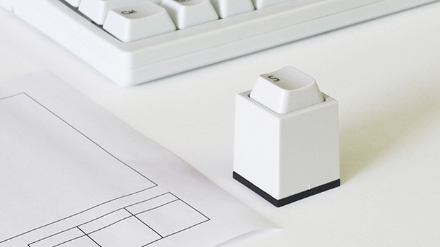 転がらず、向きの確認不要。昔のパソコンのキーを打つように押印する「印鑑」
