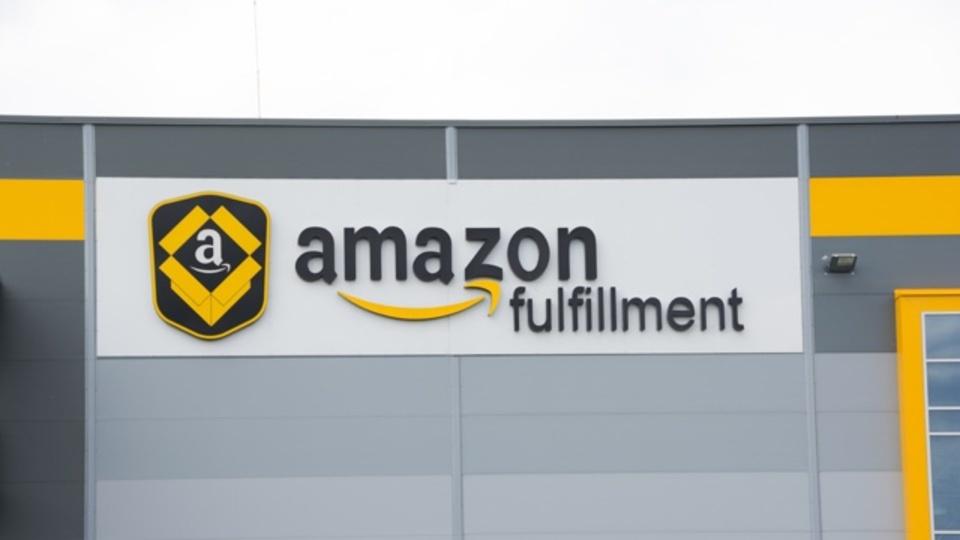 米Amazonが肉体労働者が失業する世界を見据えたキャリアプログラムを発表