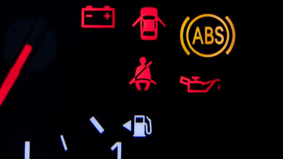 今すぐクルマを止めなければヤバい! 意外と知られていない警告灯の意味