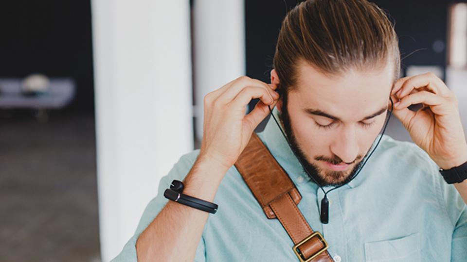 使わないときは腕に巻けるイヤフォン『Helix Cuff』【今日のライフハックツール】