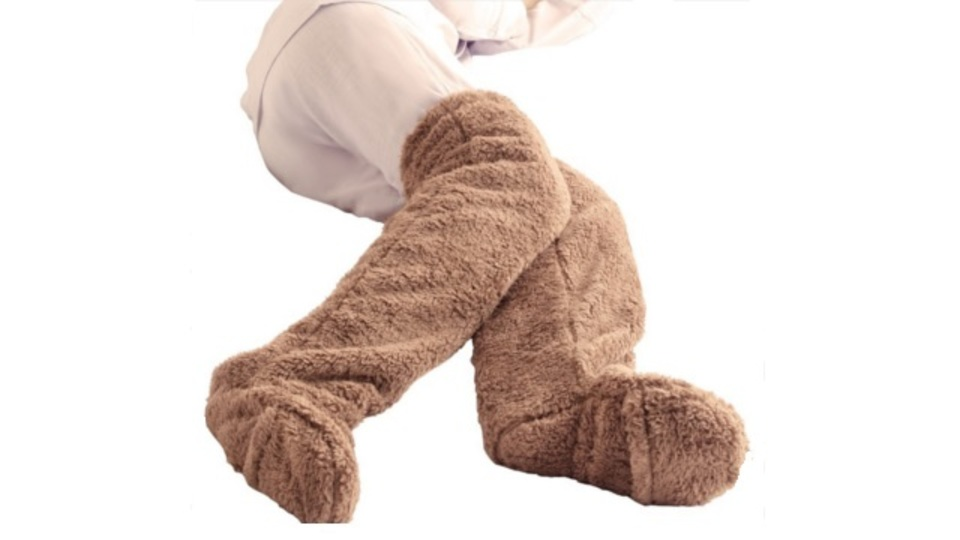 ふわふわした生地が足を包み込んで温めてくれる「極暖 足が出せるロングカバー」