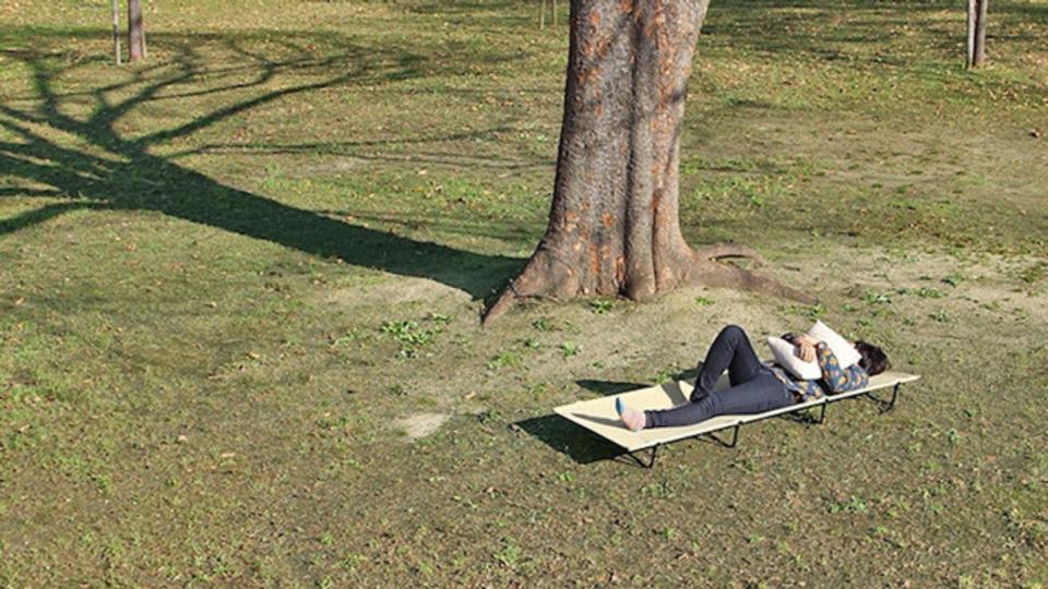 アウトドアで「ゲリラ昼寝」するための軽量折りたたみベッド