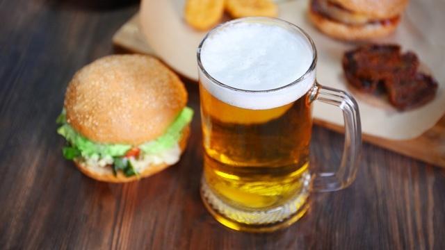 お酒を飲むとジャンクフードが食べたくなる現象の科学的説明