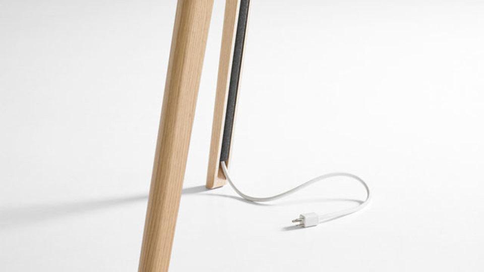 デンマークの家具デザイナーが考案した「コードがすっきり収まるテーブル」