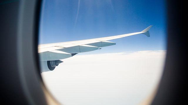 飛行機の離着陸時にCAが窓のシェードを開けてくださいと言う理由