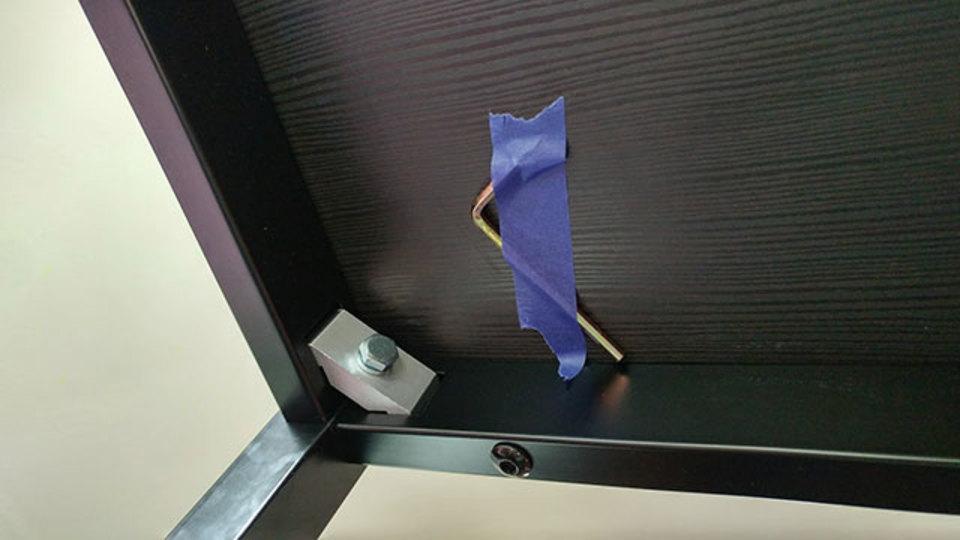 IKEAハック:付属の工具は家具の底に貼り付けておく