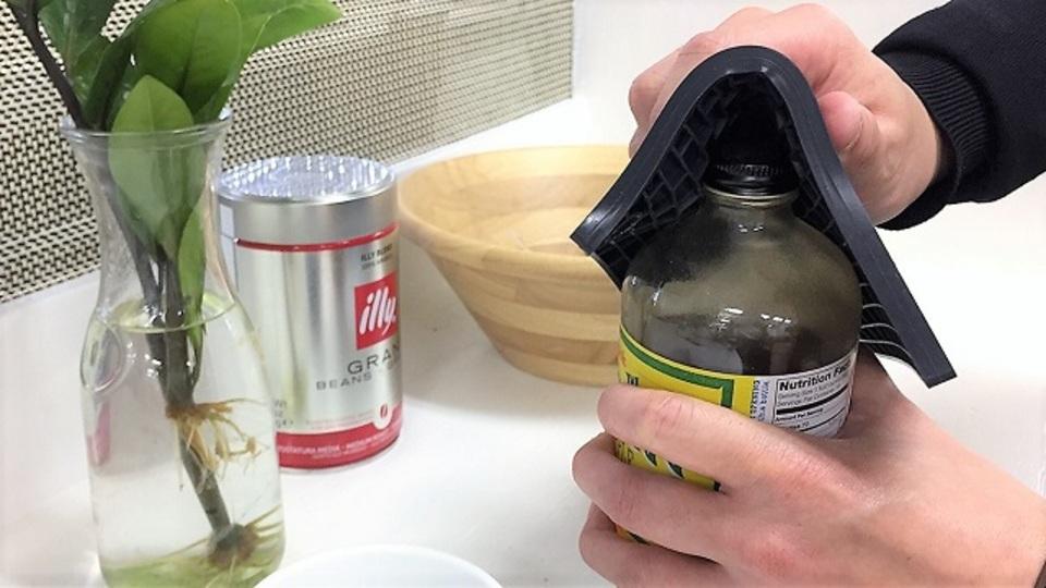 ニトリの「シリコン鍋敷き」は、固い瓶のフタ開封時の相棒
