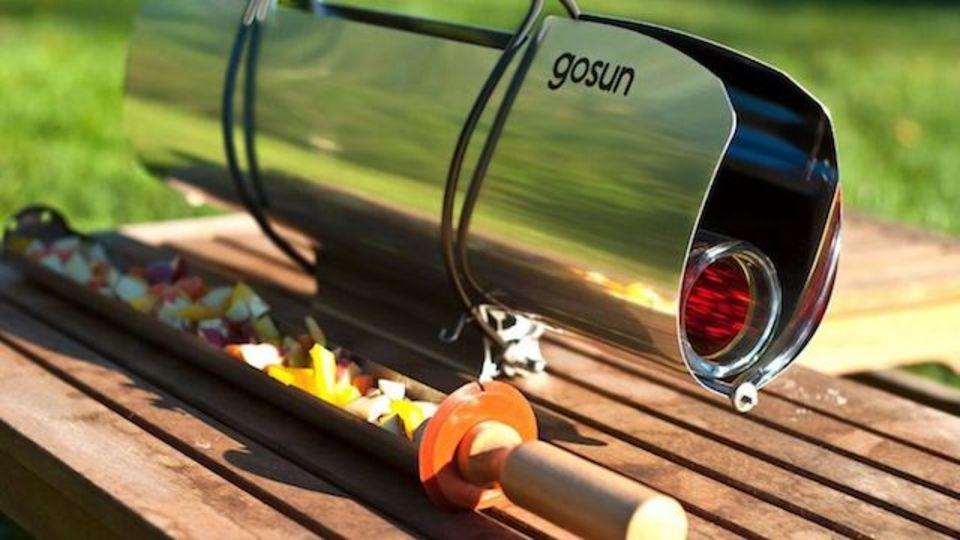 太陽の力を借りて、いざクッキング! 20分で290度まで熱せる太陽光調理器具「GoSun」