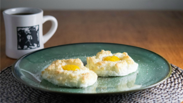 ふわふわトロ〜リで見た目もかわいい、これから流行りそうな卵料理「エッグ・イン・クラウド」