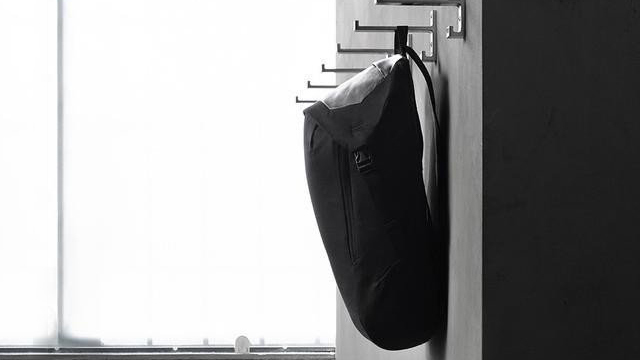 吊り下げたままでも中身にアクセスしやすいバックパック【今日のライフハックツール】