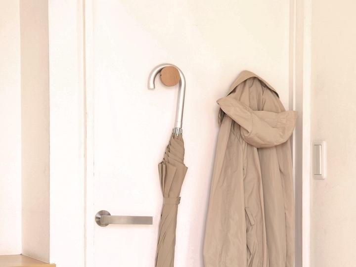 傘の使用頻度が増える前に。「マグネットフック」で玄関ドアに指定席を