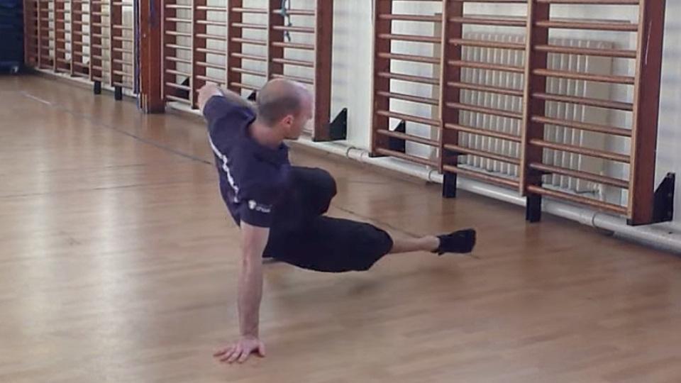 コリをほぐしつつ体幹を鍛える「15分間自重トレーニング・フロー」が長時間のデスクワーク後におすすめ