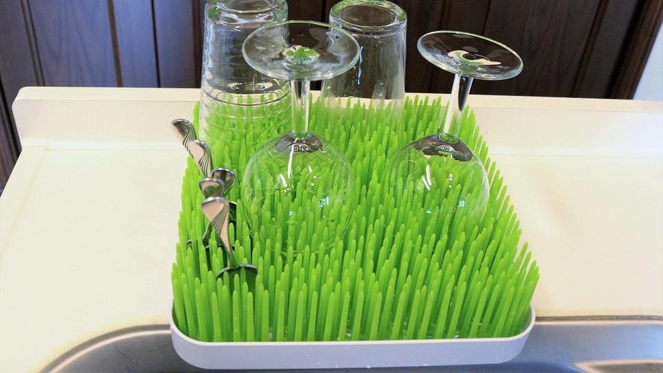 食器をスッキリ乾かすには芝生トレーが便利【今日のライフハックツール】