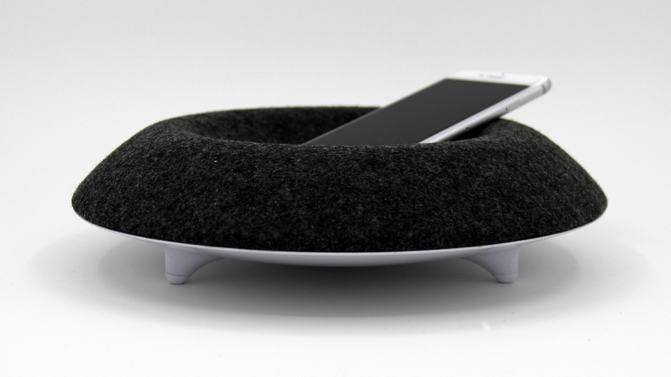 Muemmaの360度スピーカーはまるでスマホのためのソファ【今日のライフハックツール】