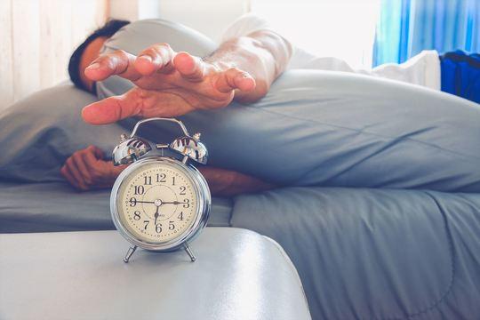 カフェインの力を借りずに、寝不足の朝を乗り切るための5つのTips