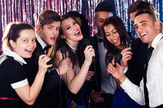 友だちをつくるベストな方法は「一緒に歌って踊って泣く」