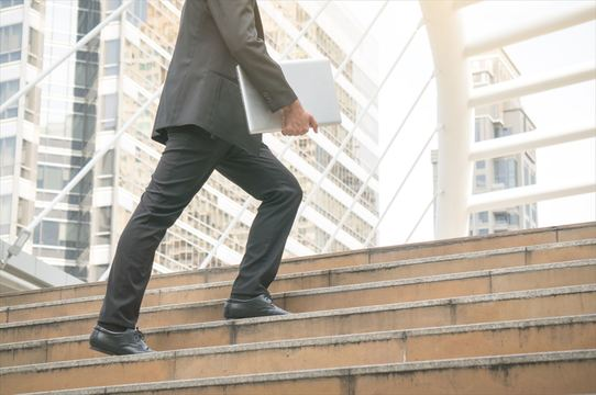 体力に自信があっても、階段をのぼると息が切れるのはなぜ?
