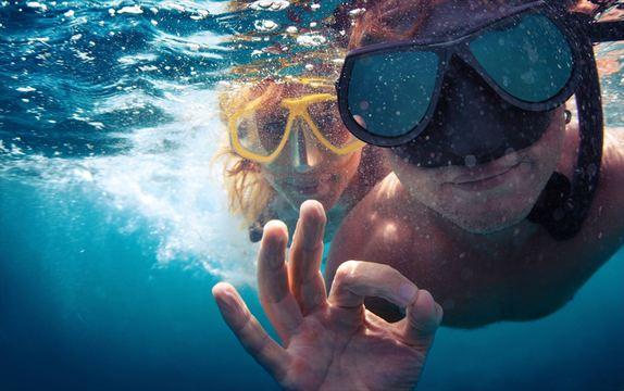 水中の落とし物を探すとき、即席で「エア・ゴーグル」を作る方法