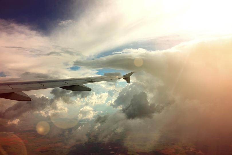 飛行機での旅の途中で乱気流に遭遇しても冷静でいる方法