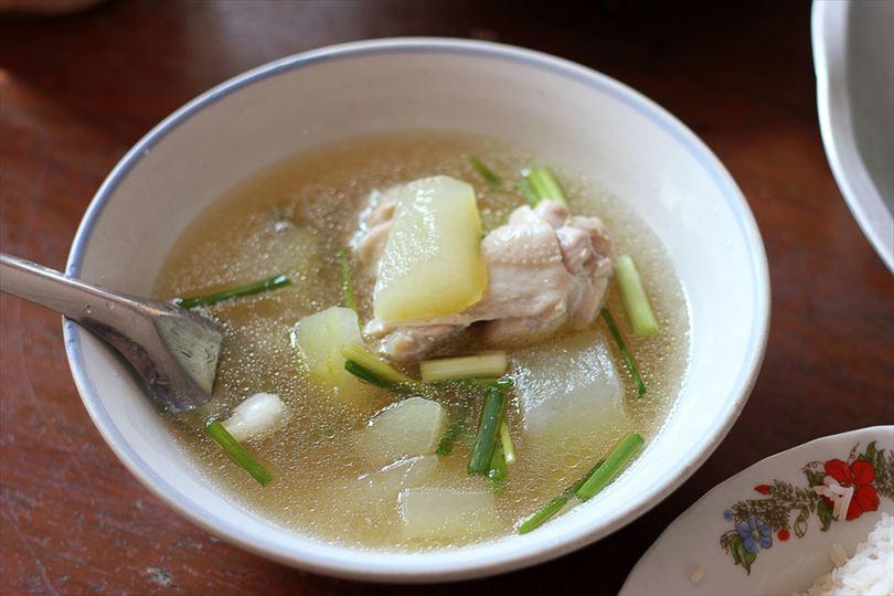 鶏の出汁を取る時に酸味を少し加えると、コクと旨味がさらに増す