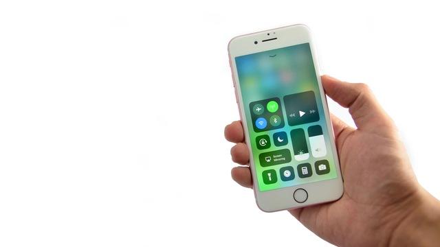 iOS 11でブルーライトを抑える「Night Shift」と新機能「Smart Invert Colors」を設定する方法