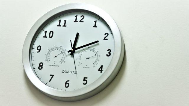 時計を見ると時間が止まっているように感じる理由